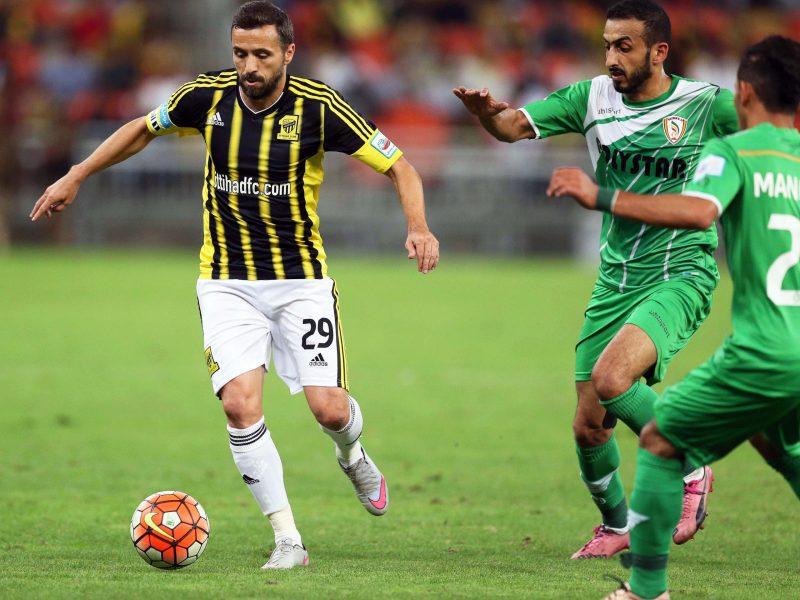 epa05133952 Al-Ittihad's Lucian Sanmartean (L) in action againstNajran's Ahmed Abbas (R) during the Saudi Professional League soccer match between Al-Ittihad FC and Najran SC at King Abdullah Stadium in Jeddah, Saudi Arabia, 29 January 2016.  EPA/STRINGER